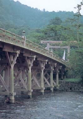 Le torii qui marque l'entrée du sanctuaire, avant de franchir le pont